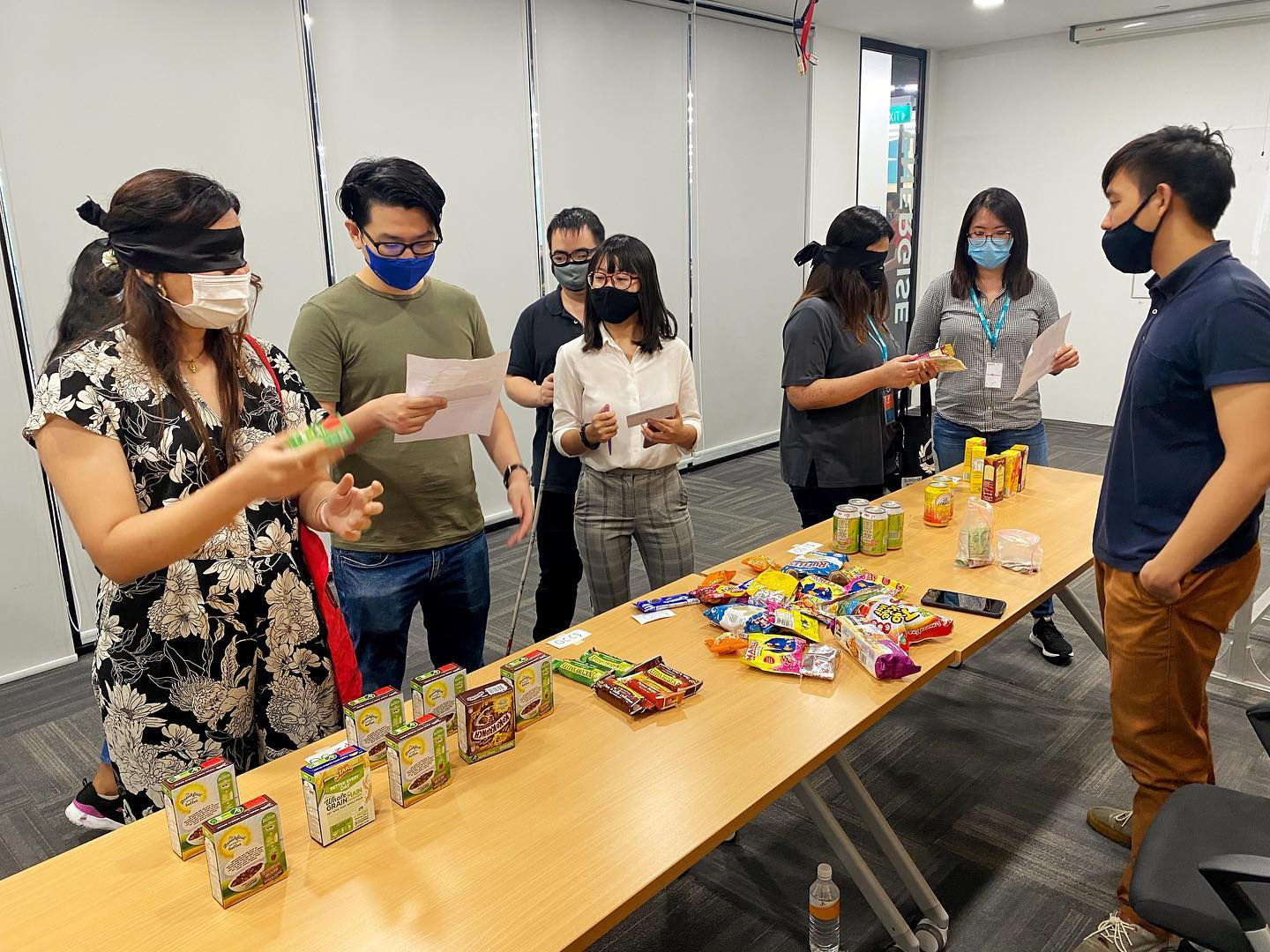 One player in a blindfolded shopping challenge shook the item to identify, competing with another player